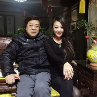 主持人赵忠祥邀美女主持人左岩等到家中国聚餐,并亲自下厨一起品尝大闸蟹