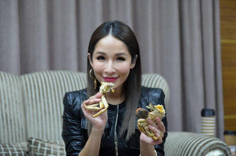萧亚轩 吃蟹