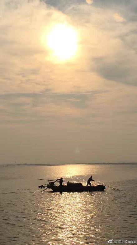 渔舟晨曲。~昨天先生在昆山阳澄湖边跑步,见一小渔船,夫撒网妻摇橹,情深深意朦朦。
