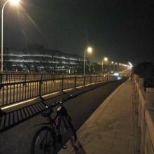 骑行阳澄湖50公里,晚上人很少,黑暗幽静,时而会有人跑步,骑车经过,哥们晚上跟着我们跑步22公里,一路没停,牛!