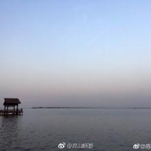 #带着微博去昆山#冬天来到阳澄湖畔,湖面平静,微波荡漾,近处的芦苇随风轻轻摇晃[微风],举目四望,道路无人,全身心沉浸在阳澄湖的迷人景色中了。[太开心]
